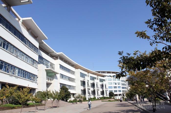 青岛科技大学崂山校区弘毅楼一角